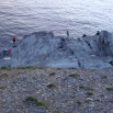 les villageois viennent sur les rochers en bas pour pêcher.