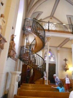 C'est surtout son escalier en colimaçon, réalisé sans clou, sans poteau central pour la soutenir.