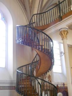 On raconte que les soeurs voulaient un escalier malgré la petite taille de la chapelle. Elles ont prié 9 jours pour que St-Joseph les aide. Le 10e jour, un étranger s'est présenté.