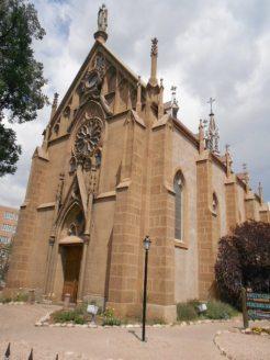 La chapelle Loretto, construite par un Français; il s'est inspiré de la rosace française d'ailleurs.