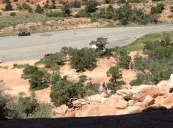 Redescendre la Wilson Arch, encore plus hasardeux que d'y monter. Le sable sur les rochers, c'est glissant.