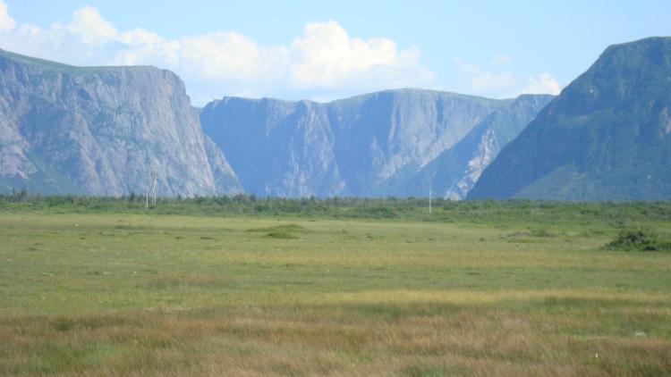 Les montagnes se retirent du bord de mer.