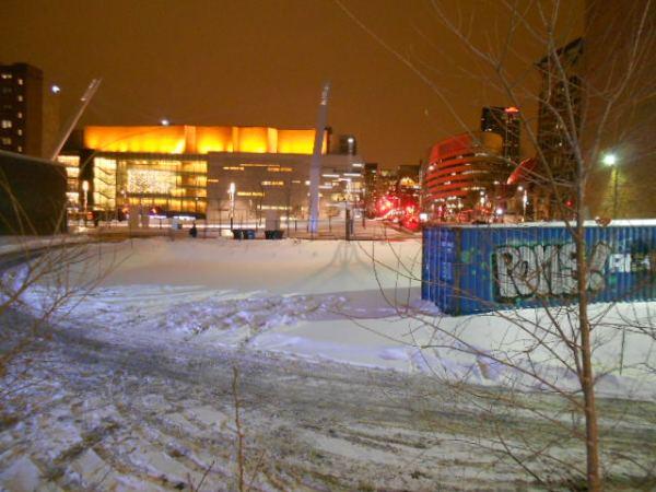 La Place des arts illuminée. On voit à droite en rouge le Pavillon des sciences de l'UQAM. Aucun rapport, mais c'était joli.